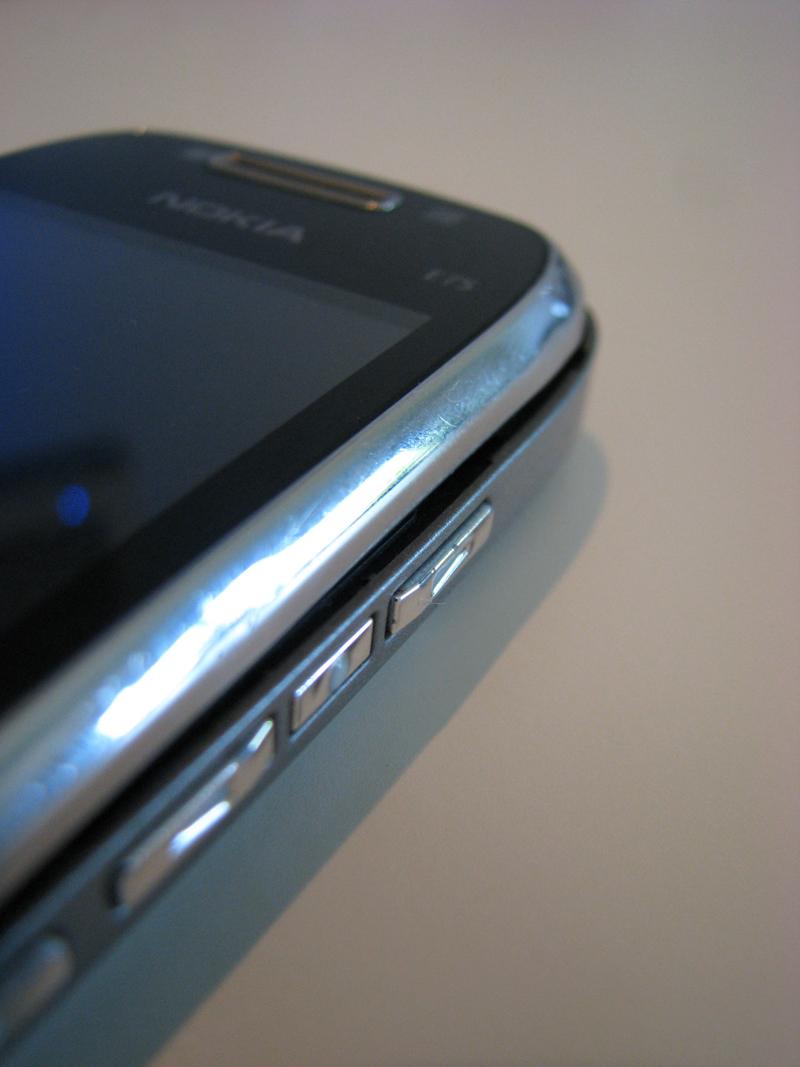 Nokia E75 - horní a dolní díl již nelícuje